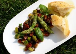 Chřestový salát s olivami a sušenými rajčaty