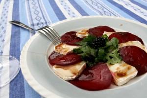 caprese z červené řepy a kozího sýra