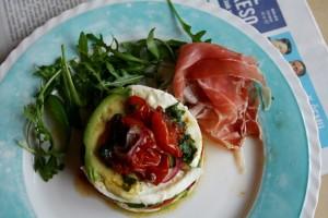 Salát s avokádem, mozzarellou a pečenými rajčáty