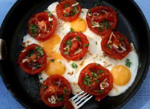 Vejce s provensálskými rajčaty