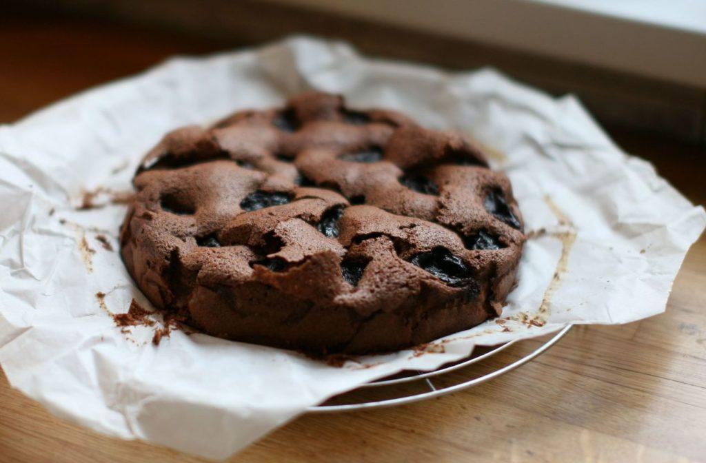 Čokoládový koláč se sušenými švestkami