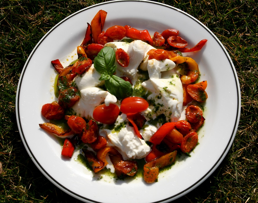 Burrata s pečenými rajčaty a bazalkovým olejem