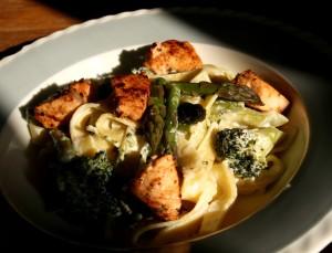 Tagliatelle s lososem, chřestem, brokolicí a citrónovou omáčkou