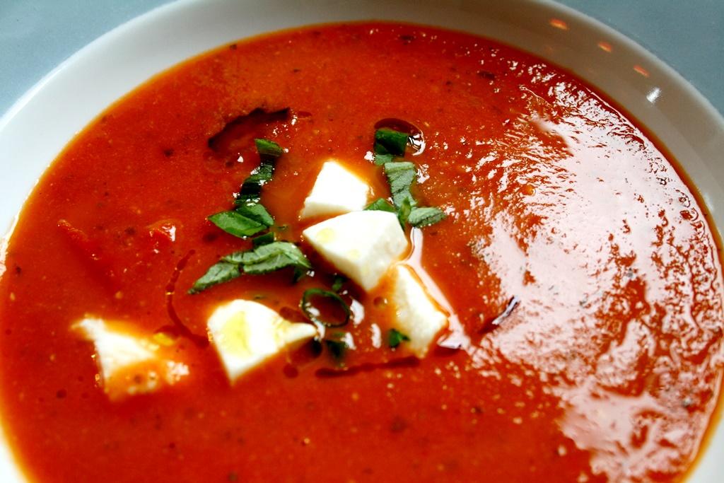 Rajčatová polévka Caprese