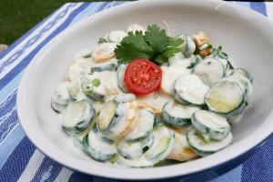 cuketový salát s jogurtem a bylinkami