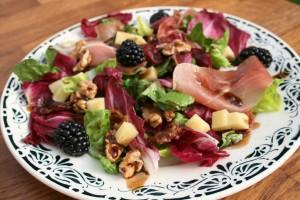 Salát z červené čekanky s ořechy