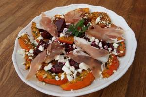 Salát z pečené dýně a červené řepy s kozím balkánem