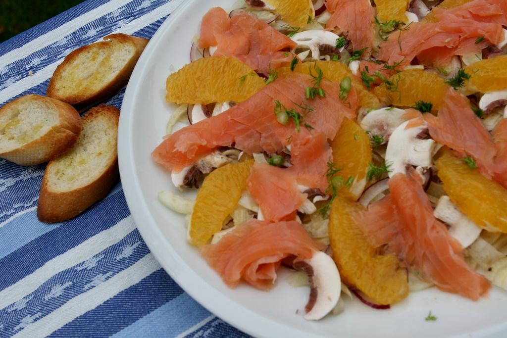 salát s fenyklem, pomerančem a uzeným lososem
