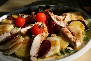 Zimní salát s červenou řepou, celerem a kuřetem