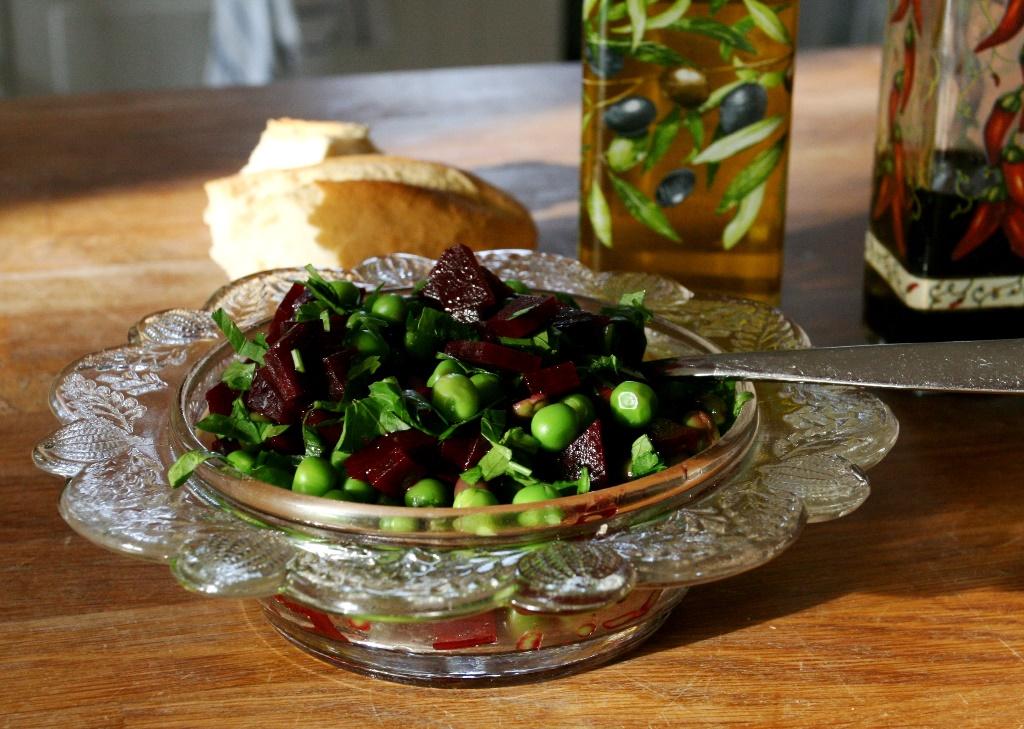 Salát z červené řepy a hrášku