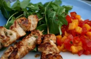 Kuřecí špízky s mangovo-rajčatovým salátem
