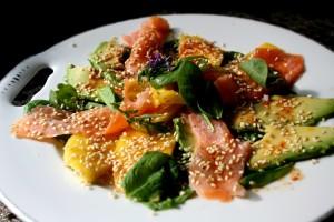 Salát s uzeným lososem s mangem a avokádem