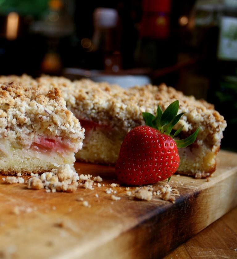 Crumble cake s jahodami a rebarborou