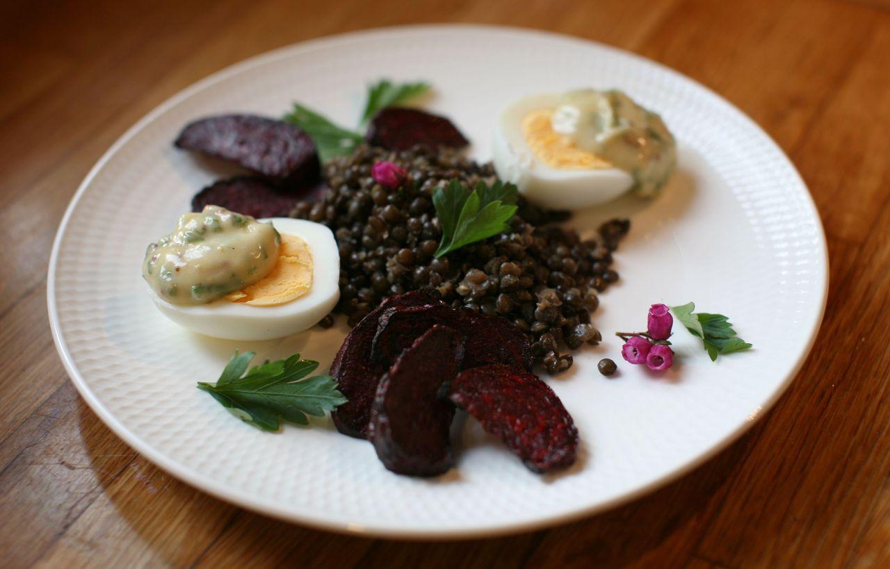 Černá čočka s pečenou řepou a vejce s bylinkovou majonézou