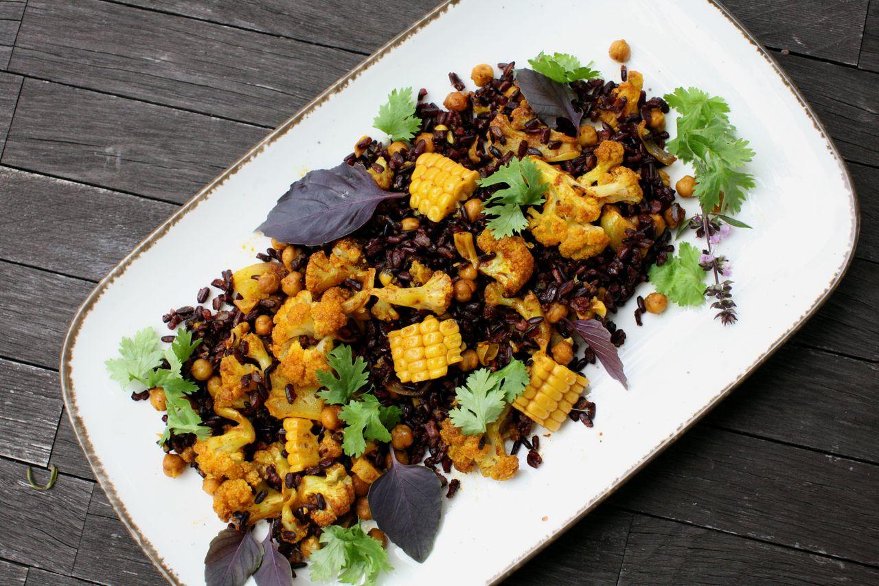 Salát z černé rýže a květáku